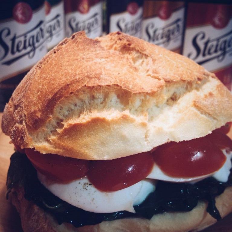 panino con pachino, mozzarella di bufala, spinacini saltati ed emulsione di acciughe